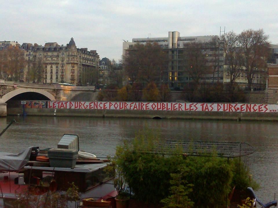 Graffiti contre Etat d'Urgence Contre des tas d'urgences Paris Quai de la Rapée
